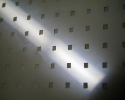 Ultraschallgefertigte Kavitäten in Aluminiumoxid